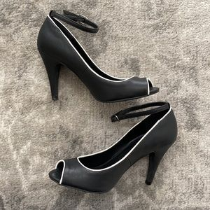 LE CHATEAU Black Heels with ankle strap
